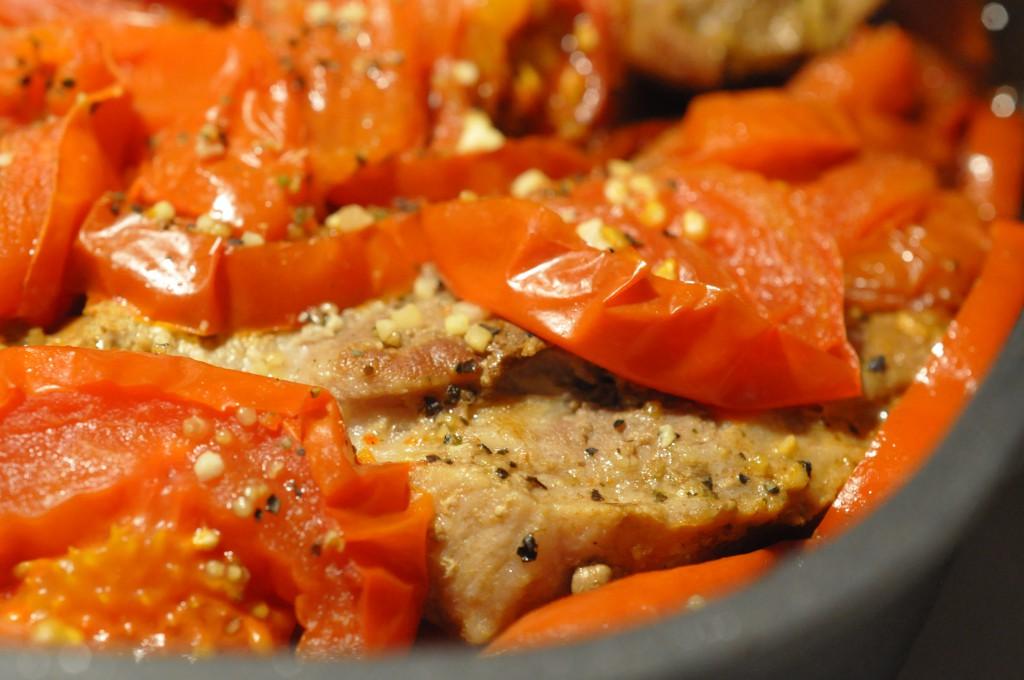Møre koteletter i tomatsauce med peberfrugt