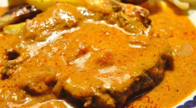 Steaks i lækker flødesauce med løg, hvidløg og tomat
