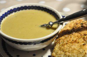 Grøntsagssuppe med broccoli, porrer og kartofler