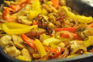 Koteletter i karrysauce med rødløg, peberfrugt og fløde
