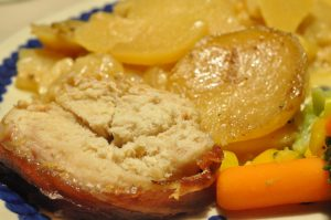Kalkunbryst i baconsvøb med flødekartofler i Römertopf