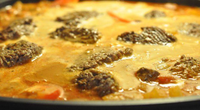 Hakkebøffer i flødesauce med pesto, tomat og peberfrugt