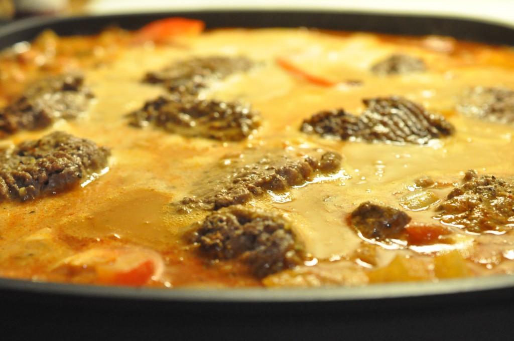 Hakkebøffer i flødesauce med pesto og peberfrugt