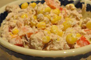 Tunsalat med rødløg, peberfrugt, majs og god mayo - nemt og lækkert