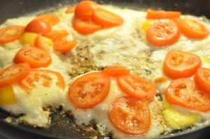 Spejlægstoast med skinke, tomat og ost
