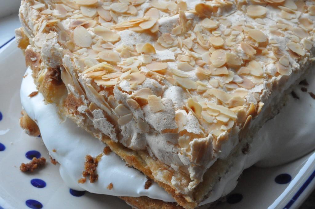 Lækker kage med marengs og syltetøj- norsk Kvæfjordskake