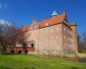 Sostrup Slot - skøn frokost, solskin og historiens vingesus