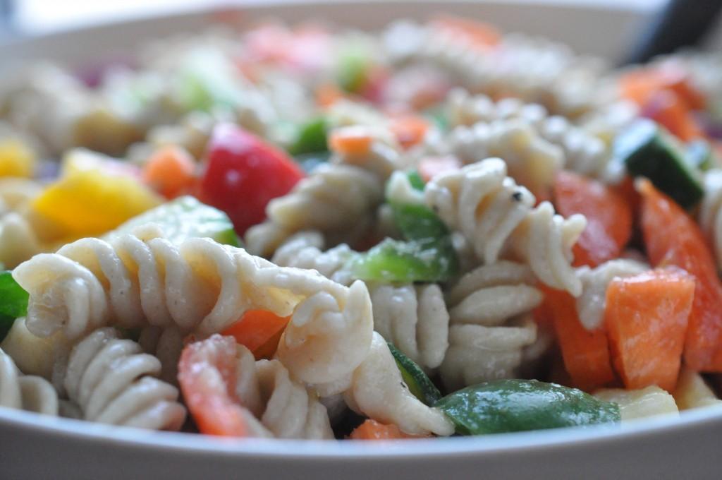 Pastasalat med fuldkornspasta, dijonmarinade og grøntsager