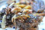 Hakkebøf med bløde, glaserede løg og pommes frites med sesam