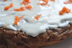 Gulerodskage med glasur af flødeost - svampet og lækker