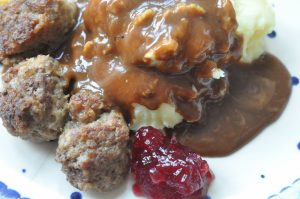 IKEA kødboller med kartoffelmos, tyttebær og flødesauce
