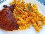Pasta med pesto flødesauce og grillede oksetykstegsbøffer