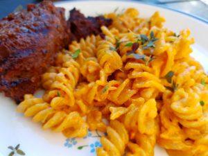 Pasta med pesto flødesauce og grillede tykstegsbøffer