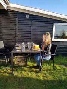 Hjemmearbejdsdag i sommerhuset i fortryllende omgivelser