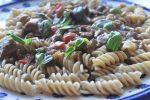 Steaks i flødesauce med pesto og peberfrugt – stop madspild