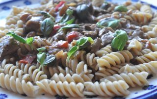 Steaks i flødesauce med pesto og peberfrugt - Stop madspild