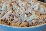 Pastasalat med skyr, rødløg og agurk - frisk, nem og lækker