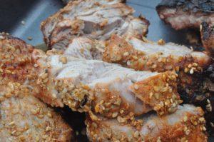 Krydret svinemørbrad på grill - med paprika og sesam