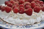 Marengs med hindbær og flødeskum – hurtig sommerdessert