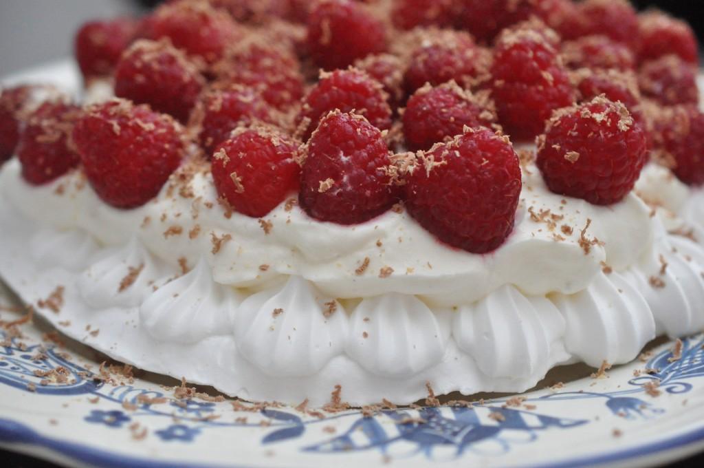 Marengs med hindbær og flødeskum - en hurtig sommerdessert