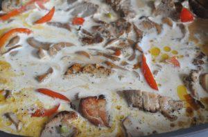 Grillet svinemørbrad i flødesauce med løg og peberfrugt