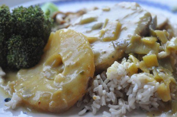 Koteletter i fad med karry, ananas, porrer og kokosmælk