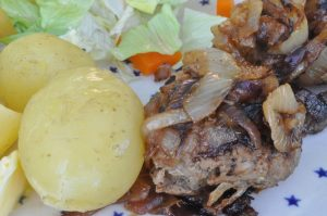Hakkebøf med bløde løg og nye kartofler med smør