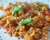 One pot pasta med tomatsauce - nem opskrift