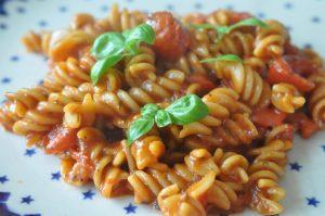 One pot pasta med tomatsauce - nem mad på 15 minutter