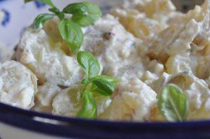 Kold kartoffelsalat med karry, sennep og græsk yoghurt