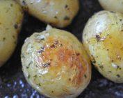 Nye kartofler stegt i ovn med smør - opskrift