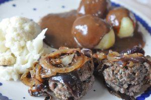 Hakkebøf med hvidløg, bløde løg og brun sauce