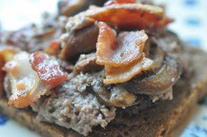 Varm leverpostej med bacon og champignon