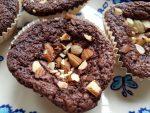 Brownie muffins med chokolade og mandeltopping