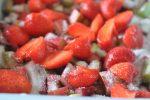 Crumble med jordbær og rabarber - nem opskrift