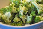 Broccolisalat med bacon, rødløg og æble