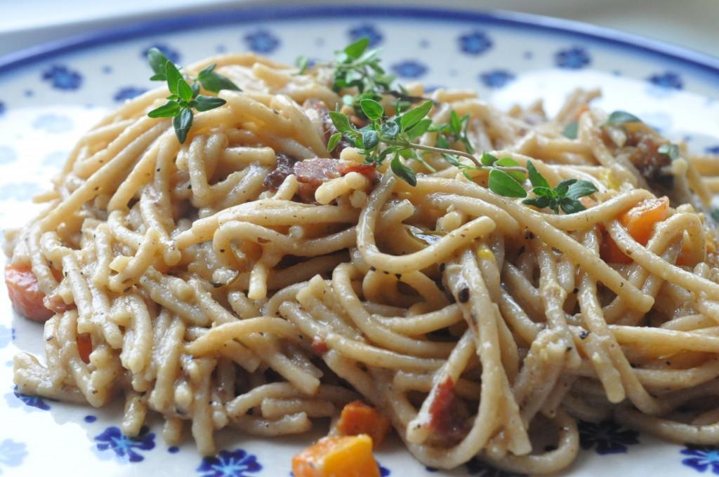 Pasta i flødesovs med grøntsager, æg & bacon