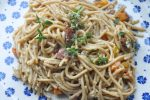 Pasta i cremet flødesauce med bacon, gulerødder og peberfrugt