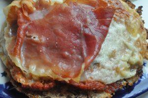 Gratinerede ostebrød med parmaskinke og rød pesto