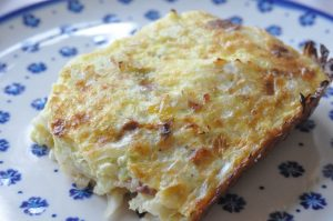 Ovnbagt æggekage med spidskål og bacon - nem og lækker