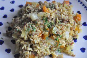 Spidskål som karrykål med hakket oksekød, bacon og riis