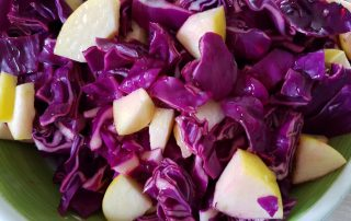 Rødkålssalat med æble, honning og citron - nem og lækker