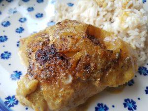 Kylling i karry med rødløg, peberfrugt, ananas og fløde