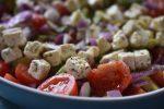 Salat med tomater, avocado og rødløg og feta - nem og lækker