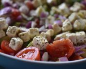 Salat med avocado, feta & tomat - lækker