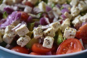 Salat med tomater, avocado og rødløg - nem og lækker
