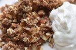 Æblecrumble med farin, havregryn og mandler - SÅ lækker