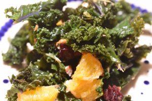 Grønkålssalat med appelsin, tranebær og mandler