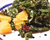 Grønkålssalat med appelsin og mandler nem