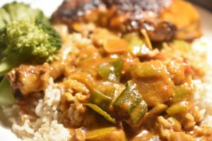 Paprikagryde med kylling, porrer og bacon i lækker flødesauce
